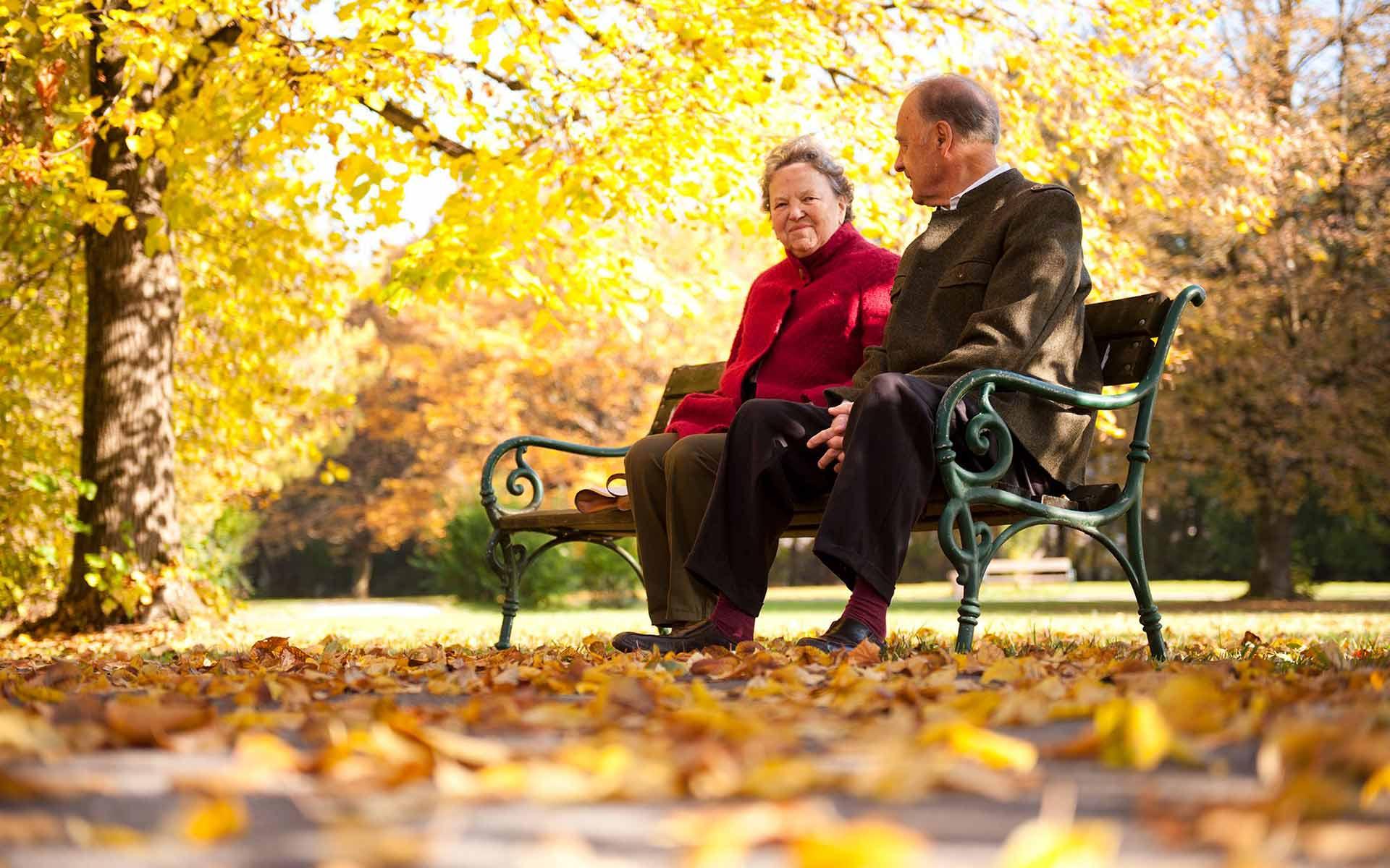 Seniorenresidenz Schloss Kahlsperg - Unsere BewohnerInnen in unserem Park im Herbst
